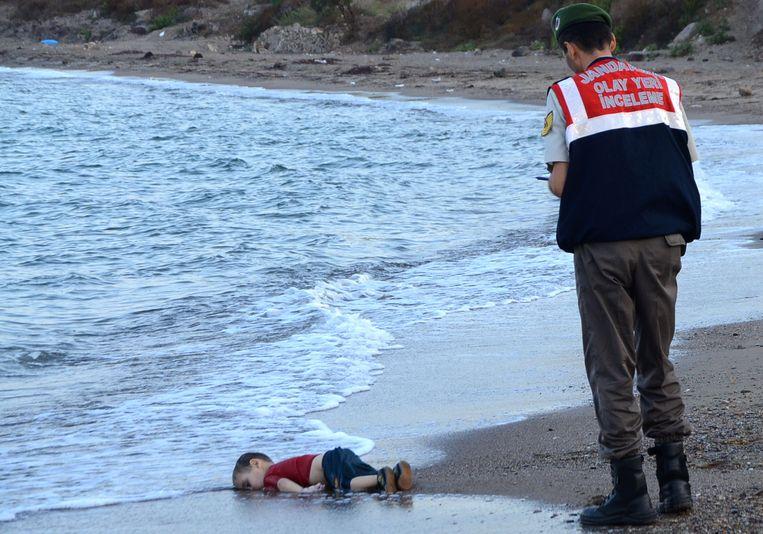 De foto's van het aangespoelde lijkje van de kleine Aylan gingen exact een jaar geleden de wereld rond. Beeld AFP