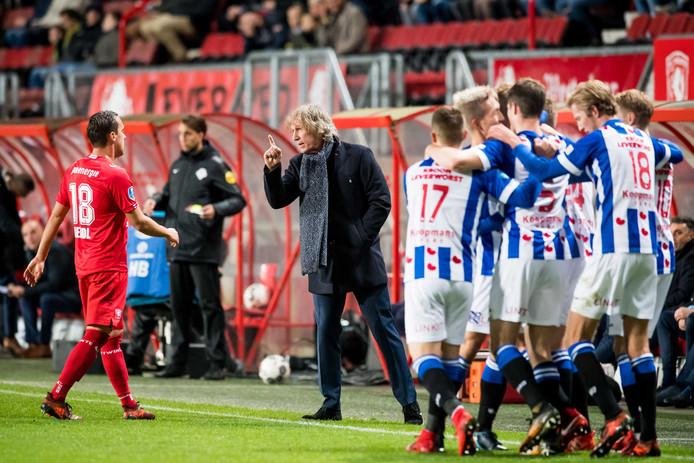 FC Twente trainer/coach Gertjan Verbeek is niet tevreden (woest) over het spel van FC Twente speler Michael Liendl en Liendl wordt dan ook in de rust gewisseld.