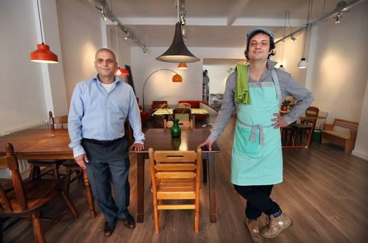 Muawi en Yuval in hun restaurant op aan de Weimarstraat in Den Haag
