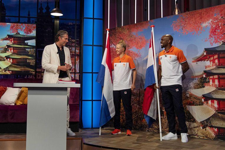 Chef de Mission Pieter van den Hoogenband met de vlaggendragers in Tokio skateboardster Keet Oldenbeuving en sprinter Churandy Martina. Beeld ANP