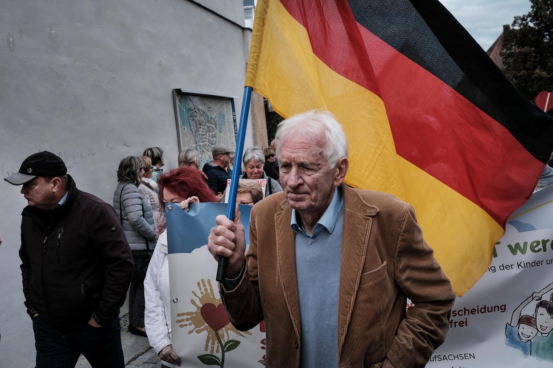 Met de Duitse vlag tegen corona. De demonstratie in Bautzen, waar de AfD in 2017 eenderde van de stemmen haalt. Beeld Daniel Rosenthal