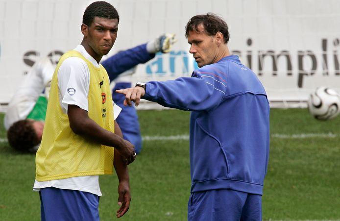 Bondscoach Marco van Basten overlegt met Ryan Babel bij het WK in 2006.