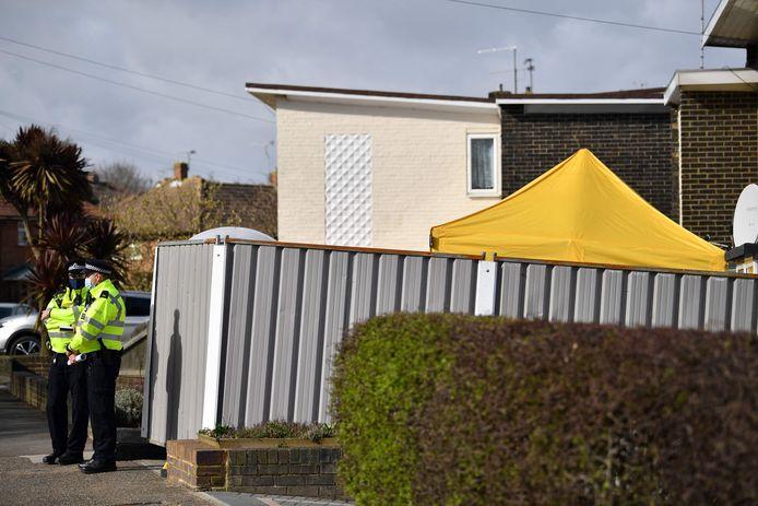 Des policiers devant le domicile de Wayne Couzens, dans le Kent.