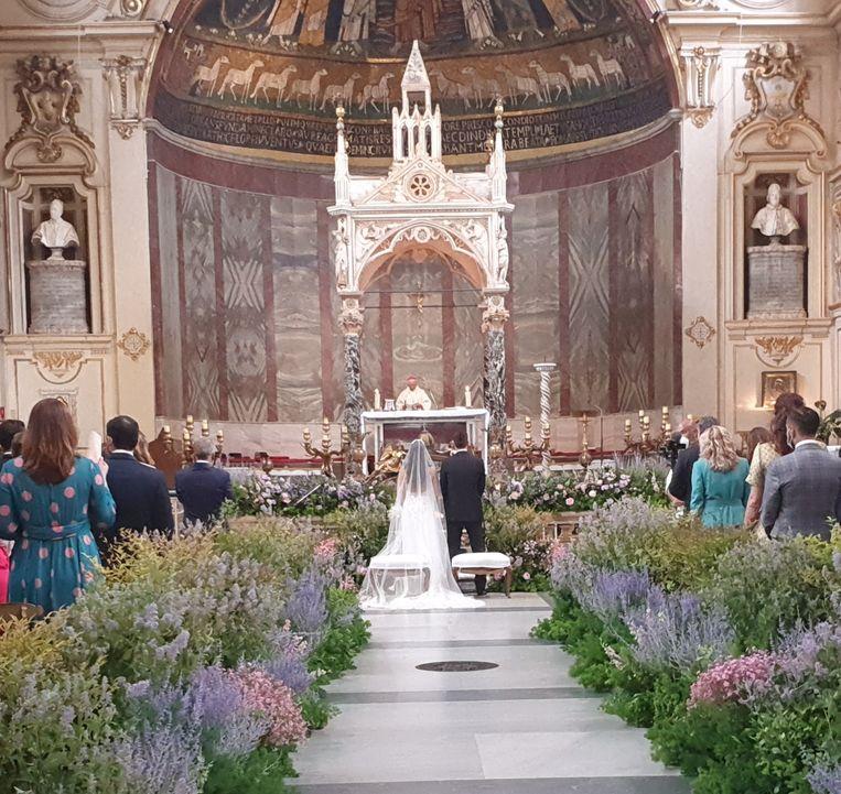 De trouwerij van Giorgia Frisina en Enrico Scotti in de kerk van de Heilige Cecilia in Rome. Beeld Pauline Valkenet