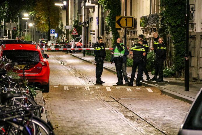 Agenten in de Spijkerstraat, woendagavond.