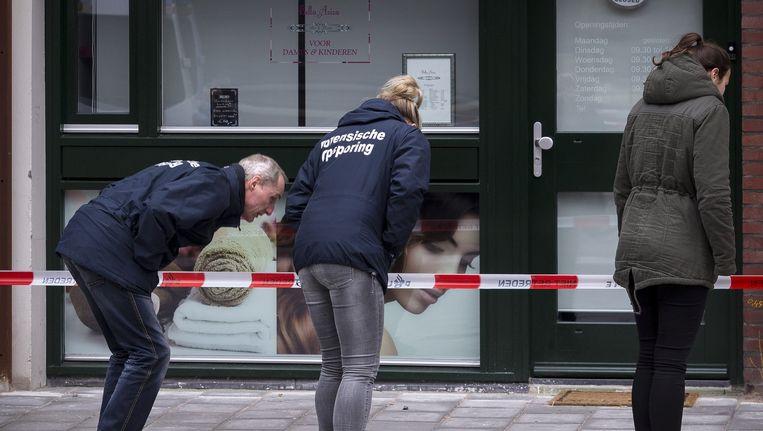 Forensische opsporing bij de plek waar de fietsenmaker werd doodgestoken. Beeld Rink Hof