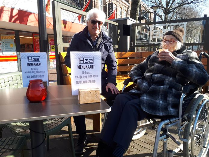 De 101-jarige Netty Beetz drinkt een koffie-om-mee-te-nemen in haar rolstoel op het terras van H32 in Oss. Tot toezichthouders van de gemeente ingrijpen.