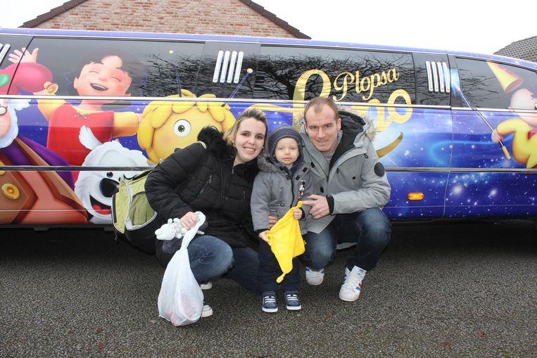 De limousine van Plopsaland pikt Liam en zijn ouders op aan hun huis in Aalst.