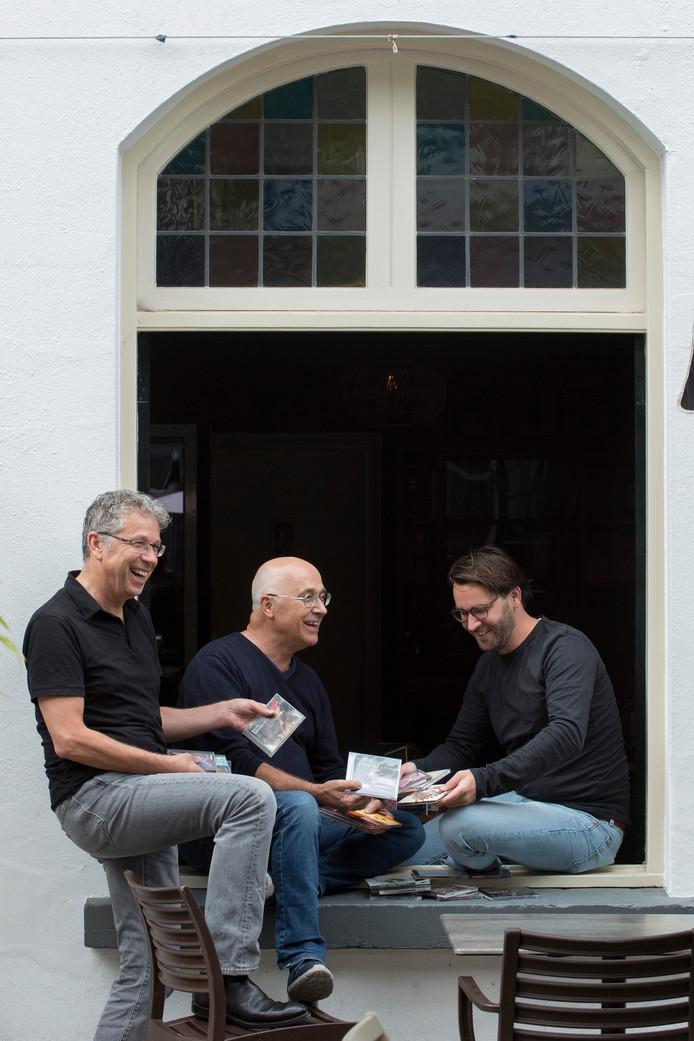 Rutger van der Zalm, Haik van Hesteren en zijn zoon Casper halen gitarist Scott Henderson naar cafe De Beurs voor een exclusief optreden in Nederland.