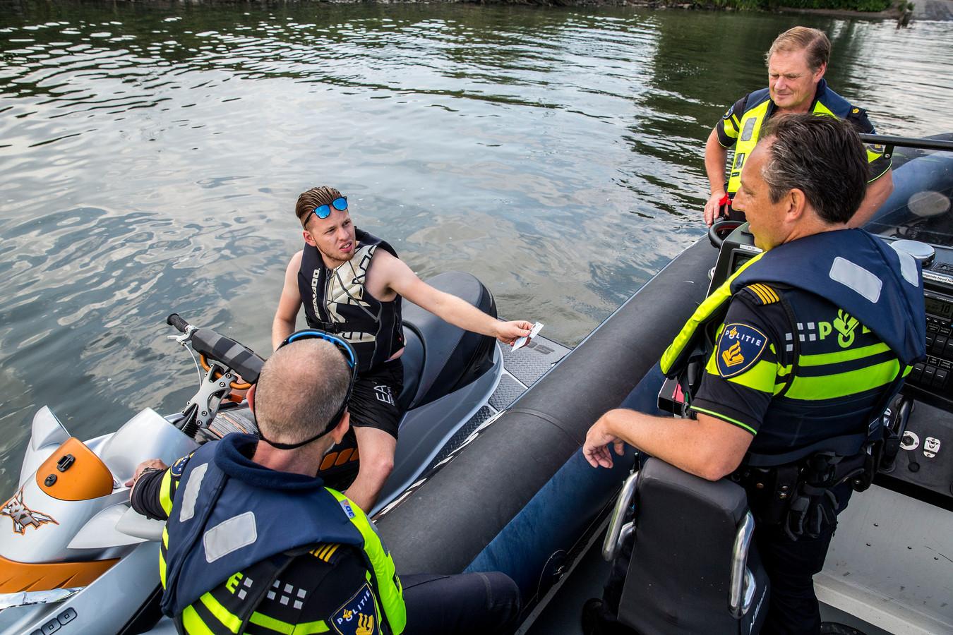 Controle van een waterscooter door de politie.