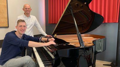 Pianist Andy Willems staat Jan Verheyen bij tijdens eerste beiaardconcert van de zomer