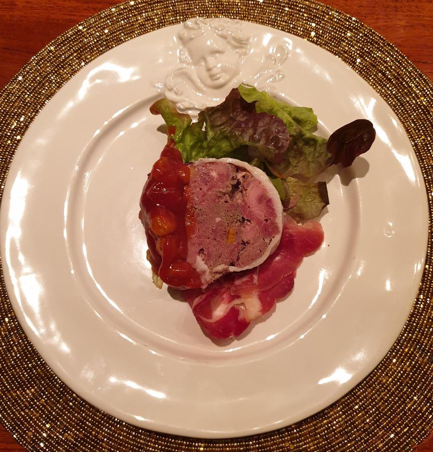 De chef heeft een stevige goed smakende klassieke paté gemaakt van hert en wildzwijn.