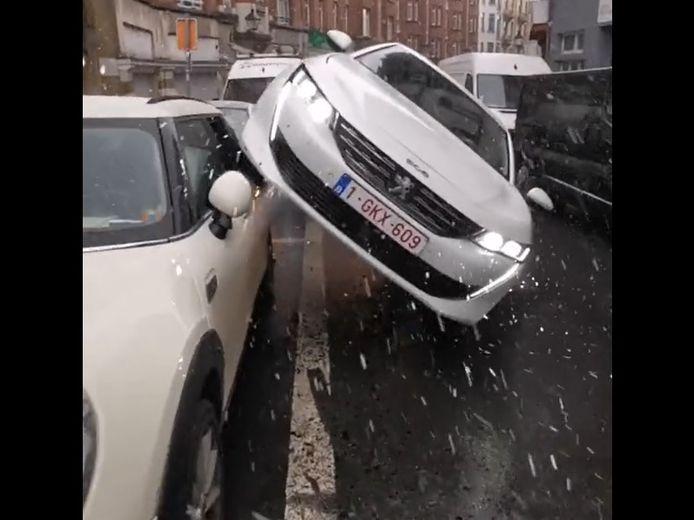 Un spectaculaire accident avec délit de fuite a eu lieu ce mardi soir sur la chaussée de Forest à Saint-Gilles.