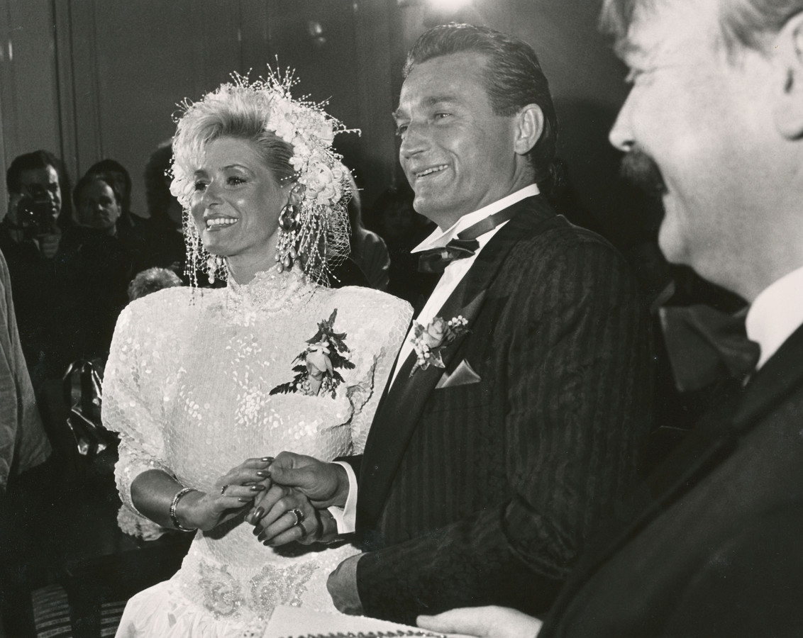 Vanessa (Connie Witteman) en Hans Breukhoven trouwen in 1987 in Wassenaar.