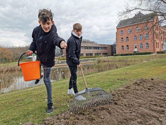 Cédric Scheerders (links) en Sjoerd Goethem hebben lol in het zaaien bij het Reynaertcollege in Hulst.