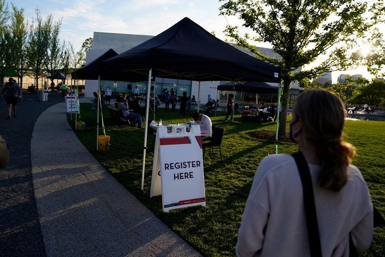 Een 'Take The Shot, Get a Beer'-evenement in Washington, waar gevaccineerden na afloop een biertje kunnen drinken. Beeld EPA