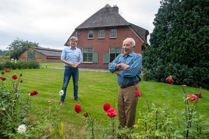 Diederik Jansen (84) woonde heel zijn leven op deze boerderij. De nieuwe eigenaar Rindert Ekhart (links) renoveert de hoeve, maar laat de buitenkant intact.
