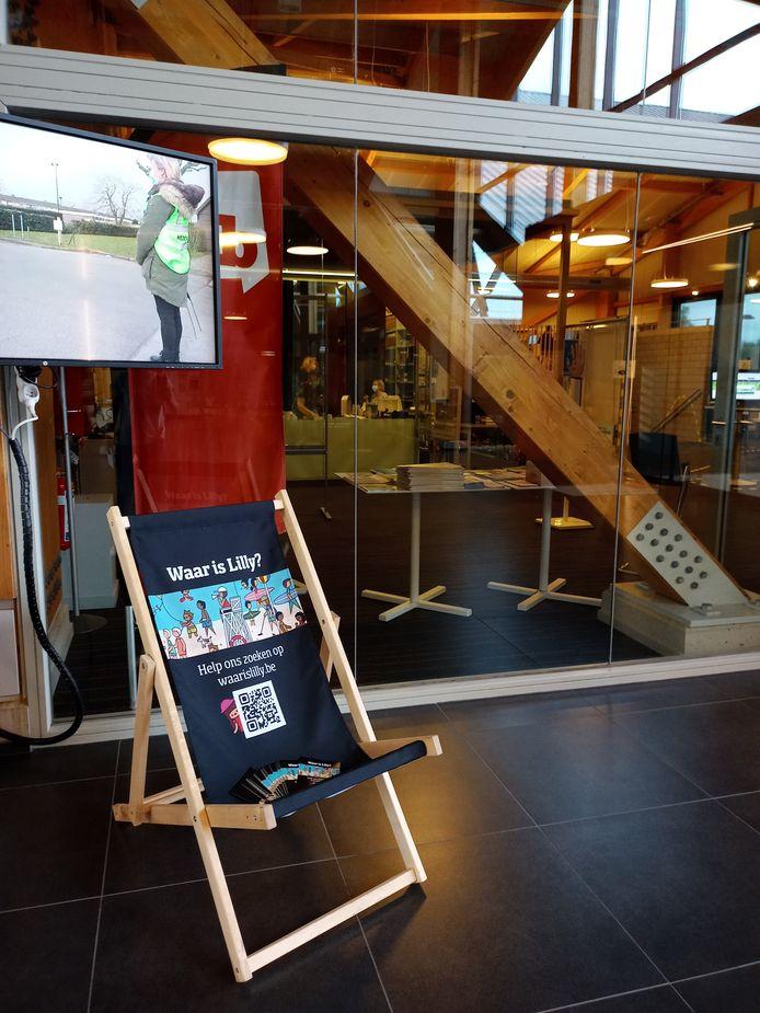 De strandstoel staat aan de bibliotheek in het Vrijetijdshuis in Jabbeke.