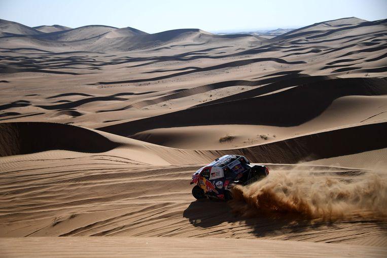 Nasser Al-Attiyah voelt zich thuis in de woestijn. Hij scoorde zowaar een hattrick in de Dakar-rally in Saudi-Arabië. Beeld AFP