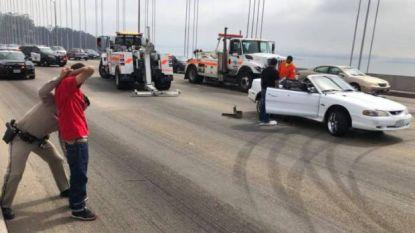 VIDEO. Waaghalzen blokkeren brug om met gierende banden donuts te draaien