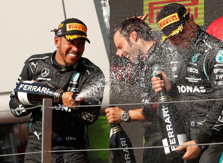 Lewis Hamilton viert zijn overwinning samen met nummer twee Charles Leclerc en zijn teamgenoot Valtteri Bottas.  Beeld REUTERS