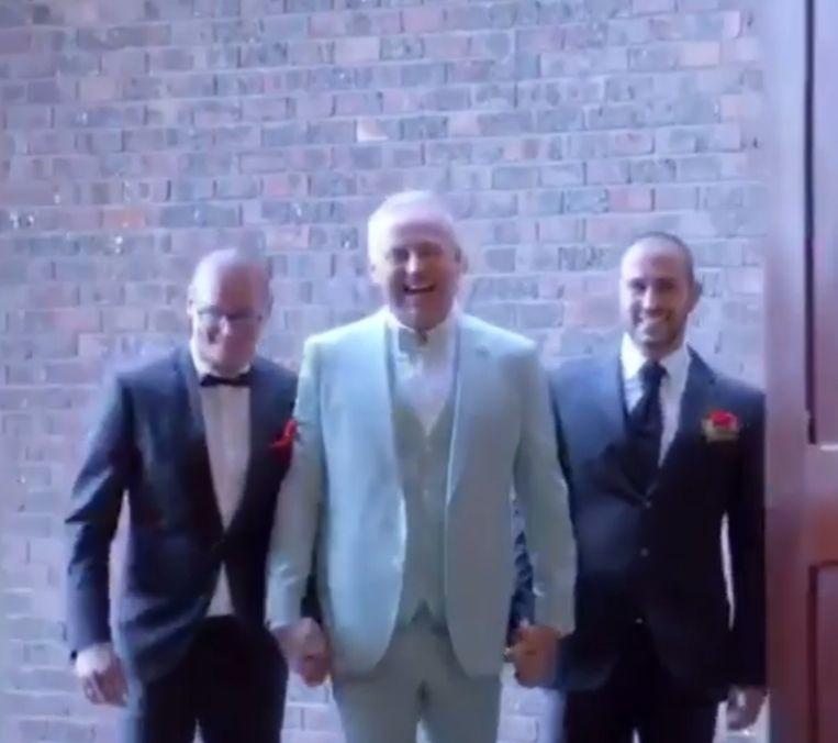 Gordon loopt met Manuel en Rogier naar het altaar.