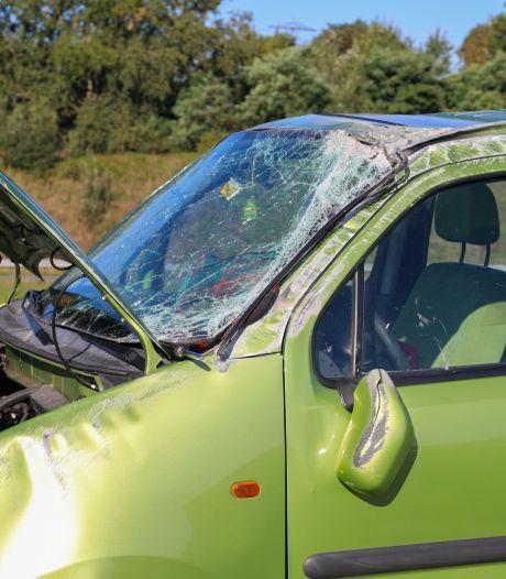 Auto over de kop bij Apeldoorn: bestuurder naar het ziekenhuis