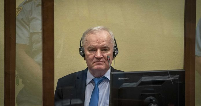 Ratko Mladic, ancien chef militaire des Serbes de Bosnie, avant le prononcé du jugement en appel au Mécanisme international appelé à exercer les fonctions résiduelles des Tribunaux pénaux à La Haye, aux Pays-Bas, le 8 juin 2021. L'ancien chef de l'armée serbe de Bosnie a été condamné à la prison à vie en 2017, notamment pour le meurtre de masse de Srebrenica