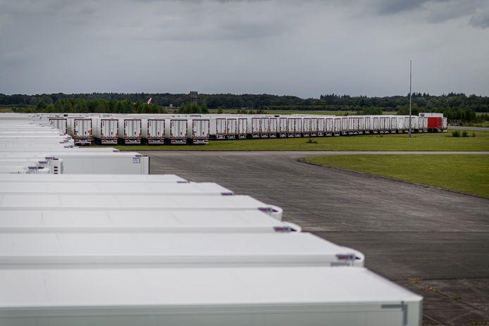 Tegen de avond werden maandag nog steeds nieuwe trailers geparkeerd op de parkeerplaats van het evenemententerrein Vliegveld Twenthe.
