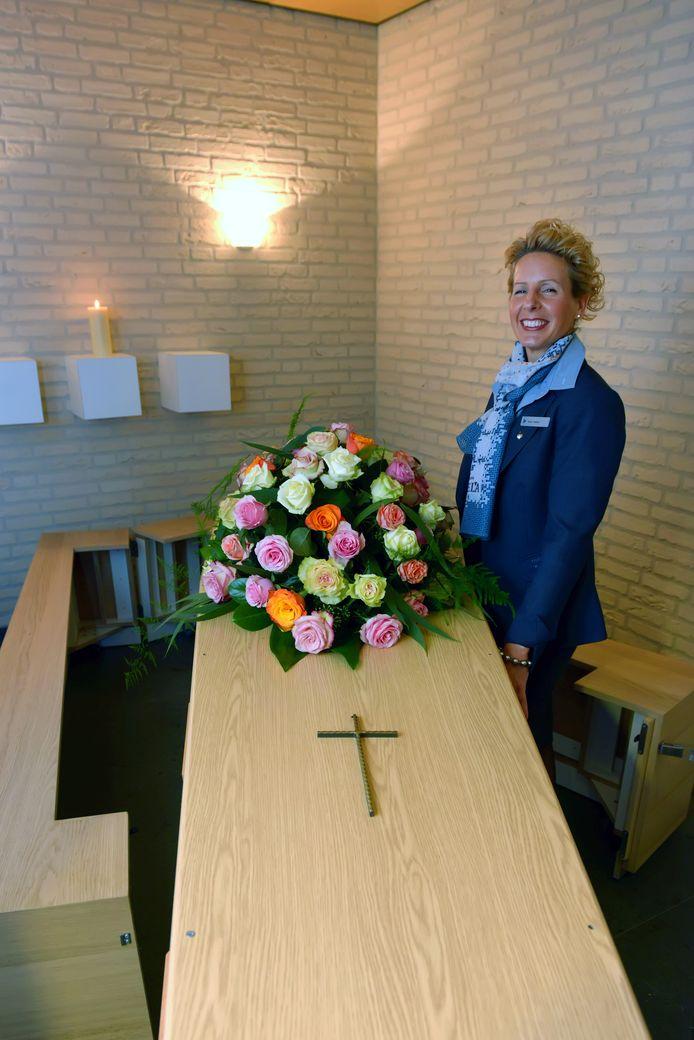Veran Heijboer in het Delacentrum in Breda. 'We zijn erop gebrand dat iedereen netjes en verzorgd in de kist ligt.'