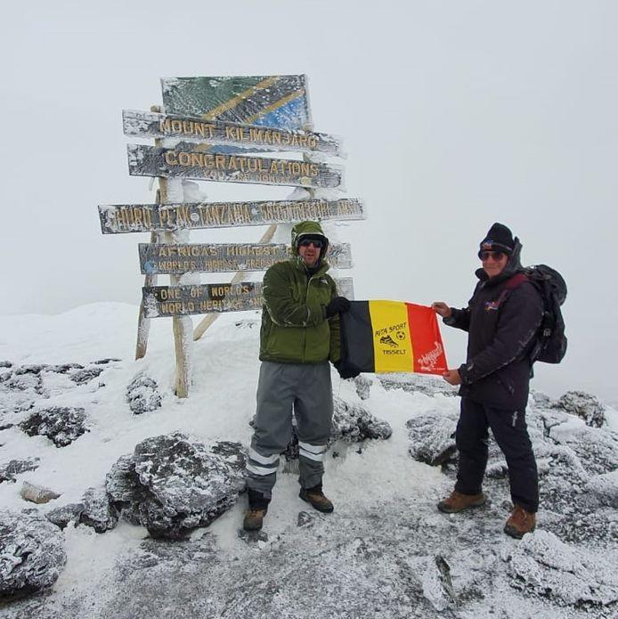 Willy Troch (rechts) staat op de top van de Kilimanjaro samen met zijn goede vriend en avonturier Wim De Backer.