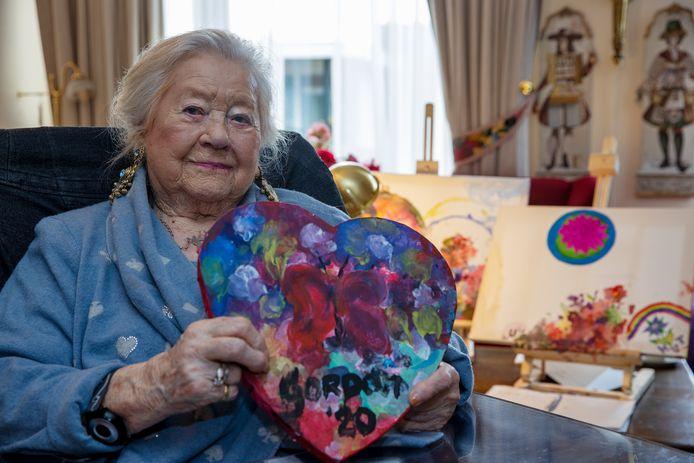 Mevrouw Ronny Huninck-Stokvis toont het hart dat Gordon samen met haar schilderde.