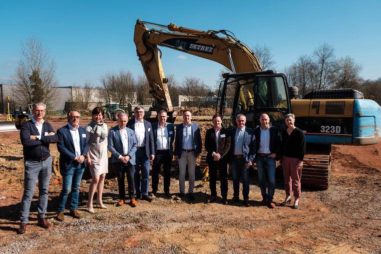 Eerste spadesteek voor een nieuw tenniscomplex met tien speelvelden en een horecazaak, een realisatie van tien Bilzerse ondernemers die de passie van tennis met elkaar delen en met het stadsbestuur.