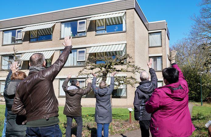 Voorjaar 2020, tijdens de eerste golf. Zwaaien naar bewoners in de tuin van Laverhof in Heeswijk -Dinther.