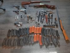 Vier vuurwapens, drie granaten en vele messen ingeleverd bij de politie in Gorinchem