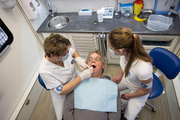 Steeds meer mensen behouden het eigen gebit en hebben dus uitgebreidere behandelingen nodig.  Beeld Arie Kievit