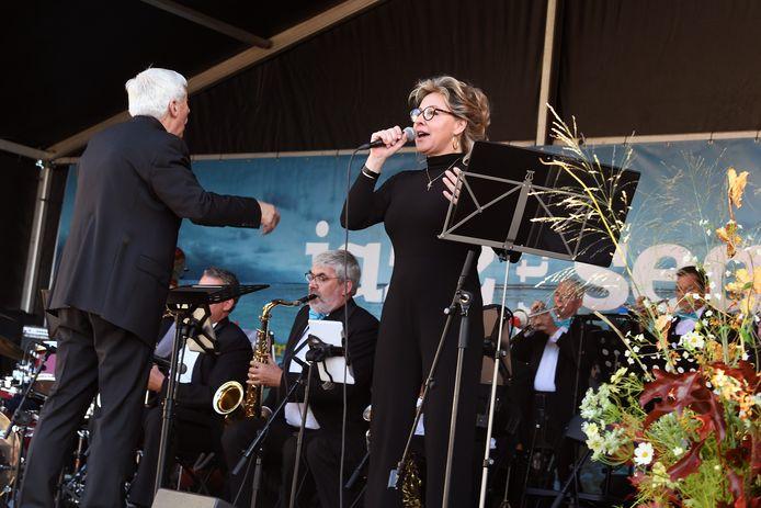 The River Aa Big Band op het podium in Domburg.