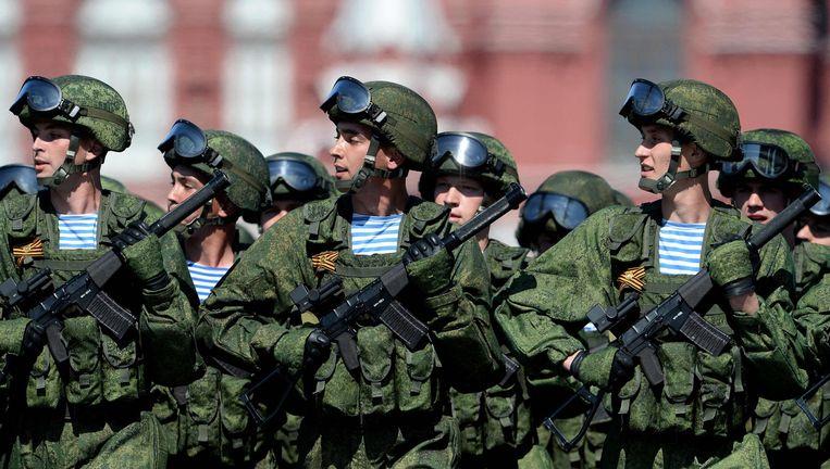 Russische soldaten marcheren op het Rode Plein. Alle krijgsmachtdelen worden nu voorzien van wapens die zich moeten meten met de geavanceerde Westerse wapens. Beeld AFP