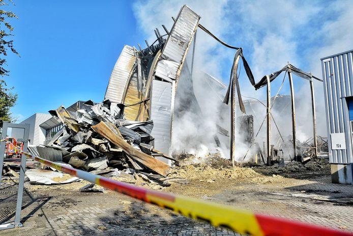 Van de magazijn van Fire-Up staat na de brand van zondagavond alleen stalen skelet nog overeind