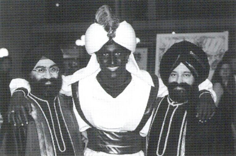 De Canadese president Justin Trudeau (midden) met een blackface tijdens een verkleedfeestje. Beeld AP