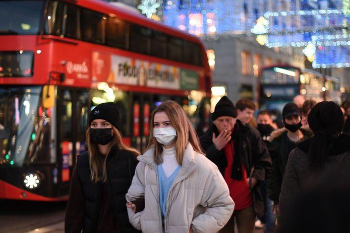 Shoppers in Regent Street in Londen vorige week. Sinds zondag zijn de niet-essentiële winkels opnieuw dicht. Verplaatsingen moeten zoveel mogelijk vermeden worden, inwoners van Londen en andere regio's mogen geen contact hebben met mensen buiten hun eigen huishouden, ook niet met Kerstmis.