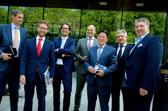 Burgemeester Wouter Kolff, Maarten Burggraaf (VVD), Peter Heijkoop (CDA), Rik van der Linden (ChristenUnie/ SGP), Piet Sleeking (BVD), gemeentesecretaris Martien van der Kraan en Marco Stam (BVD), vlnr.