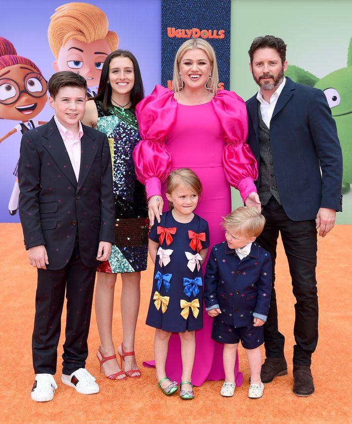 Kelly en Brandon Blackstock met kinderen Remi en River vooraan.