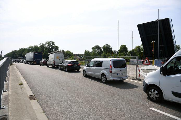 Vanaf maandag mag het verkeer eindelijk over de nieuwe brug.