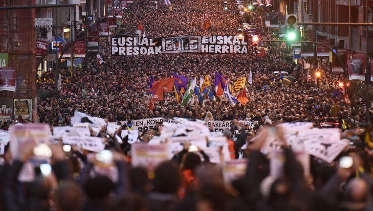 In januari betoogden duizenden Basken in Bilbao tegen de spreidingspolitiek van politieke gevangenen. Beeld AFP