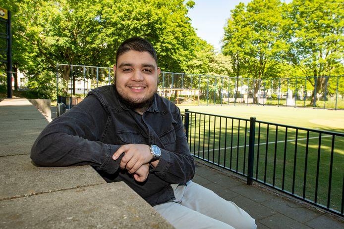 Mohammed Aknin bij het Cruyff Court in zijn wijk, waar hij al vele uren doorbracht.