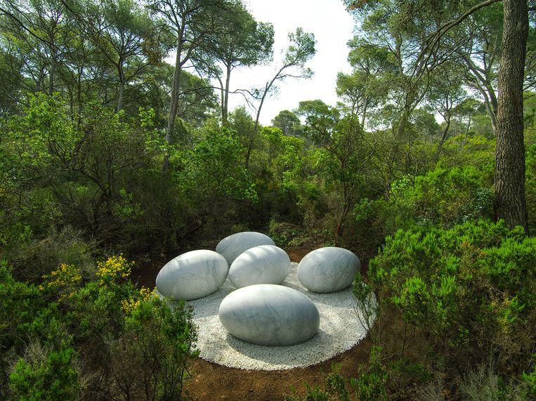 De grote marmeren eieren van Nils Udo. Beeld Nils Udo