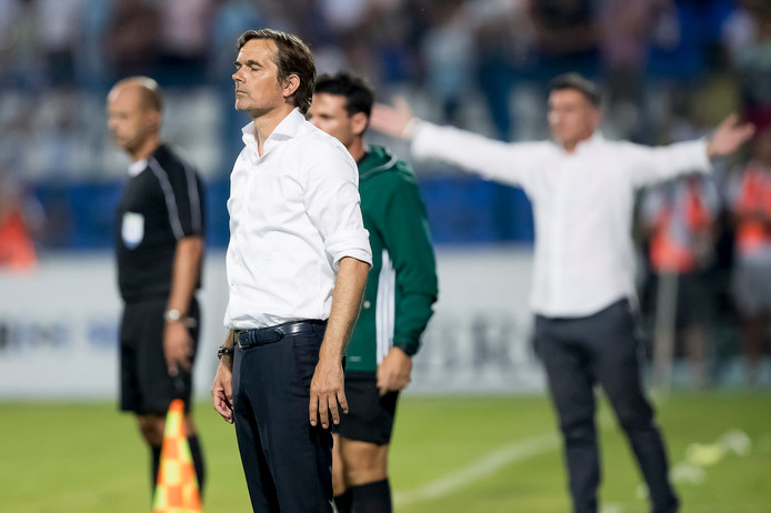 Phillip Cocu staat onder druk na de wanprestatie van zijn ploeg tegen NK Osijek.