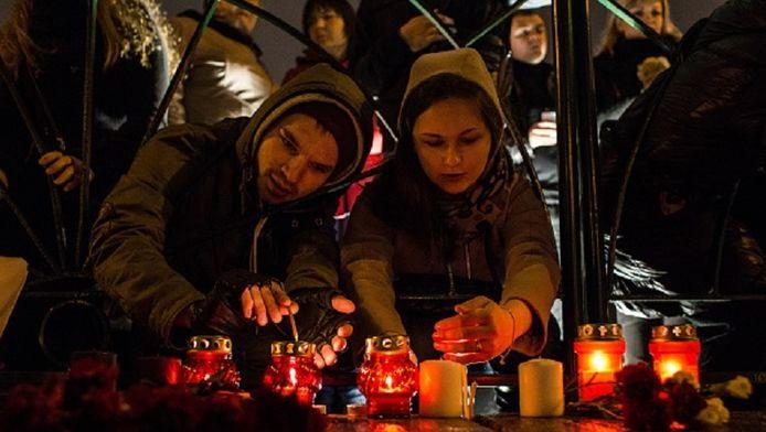 In Sint-Petersburg worden massaal kaarsjes gebrand om de slachtoffers te herdenken.