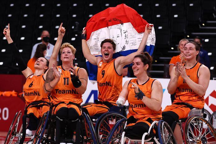 Sylvana van Hees (tweede van rechts) viert het paralympische goud met haar ploeggenotes.
